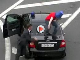 [Vidéo] Il lutte contre les Russes privilégiés en voiture avec un seau d'eau sur la tête