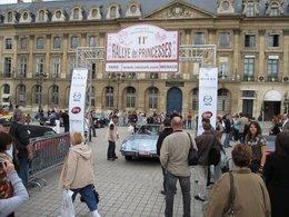 Reportage sur le Rallye des Princesses 2010 Place Vendôme : le Tesla Roadster électrique côtoie les Anciennes