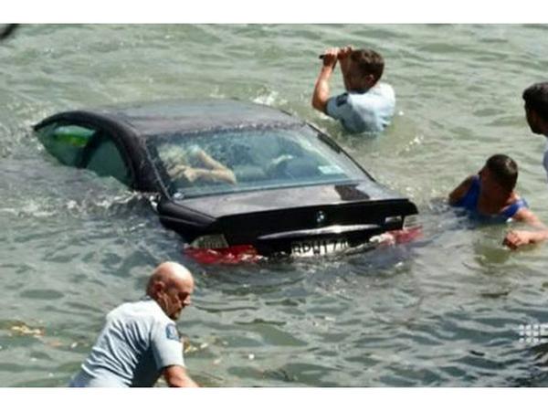 crash deux policiers sauvent une femme tomb e dans l 39 eau avec sa bmw m3. Black Bedroom Furniture Sets. Home Design Ideas