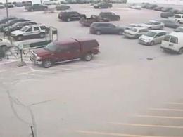 USA : un automobiliste âgé percute une dizaine de véhicules en sortant d'un parking