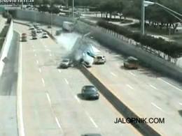 [Vidéo] Crash impressionnant sur une autoroute américaine, un Porsche Cayenne équilibriste réussit à éviter un camion