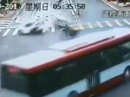 [Vidéo] Un cycliste échappe miraculeusement à un accident de la route