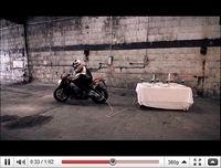 Le coup de la nappe revisité par Aprilia [vidéo]