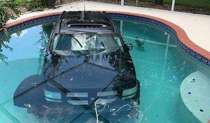 Il tombe dans une piscine en confondant le frein et l'accélérateur