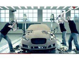 [vidéo] Jaguar recycle ... à la hache