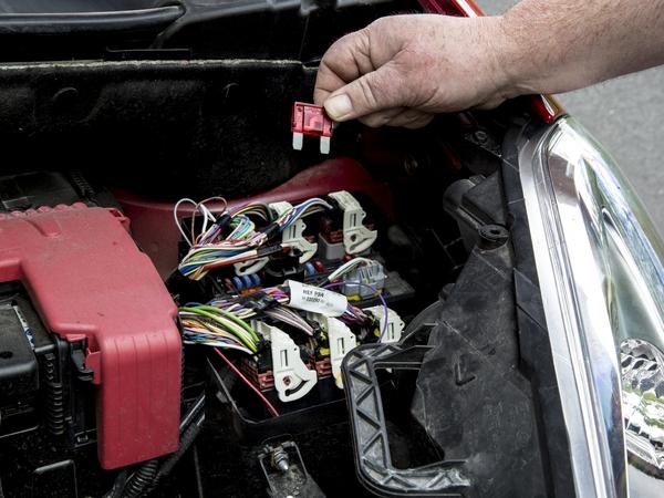 Changer un fusible de voiture - Comment savoir si un fusible est grille ...
