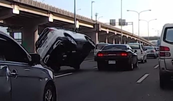 Il renverse son CR-V sur l'arrière d'une Challenger