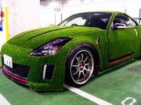 Il couvre sa Nissan 350Z de fausse pelouse