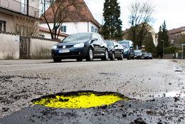 Technique : du jaune fluo pour éviter les nids de poule sur la route