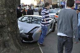 Green washing ? Une Lamborghini Gallardo embrasse un arbre à Londres