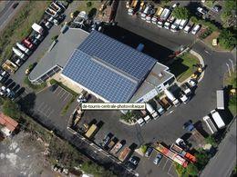 Volvo Trucks à La Réunion : des panneaux photovoltaïques sur le toit du garage d'un agent commercial