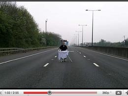 Vidéo : un homme fait son repassage sur l'autoroute