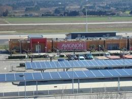 Une centrale solaire en couverture du parking de l'aéroport d'Avignon Provence