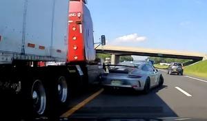 Un camion en perdition frôle l'arrière de sa Porsche 911 GT3