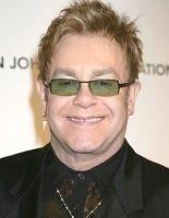 Elton John fait don de 120 motos aux centres de santé du Lesotho