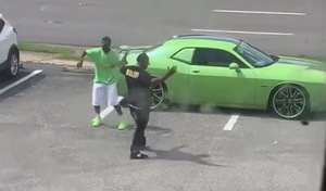 Un rappeur tourne un clip devant la Dodge Challenger d'un inconnu