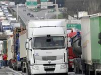 Taxe sur le gazole: les routiers prêts aux blocages, pagaille sur la route des vacances?