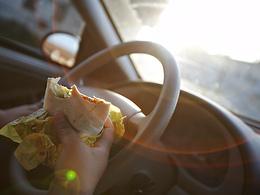 Manger en voiture : la recette parfaite pour une intoxication alimentaire