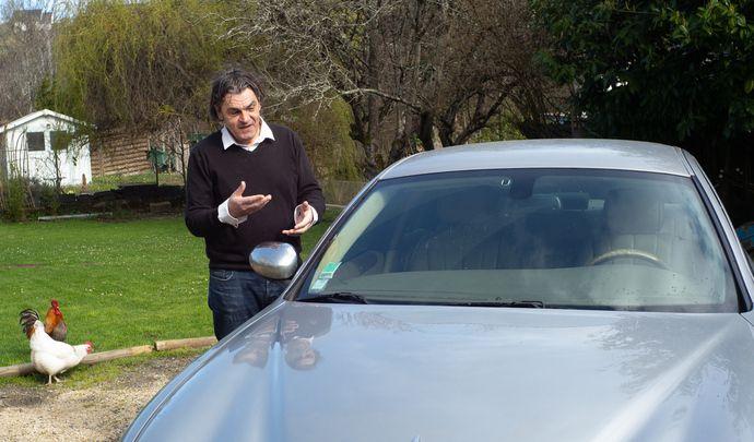 L'auto des voisins - Abel en Indre-et-Loire roule chaque jour dans une ancienne Jaguar