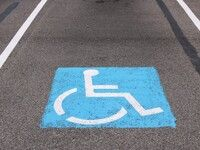 Un projet de loi pour autoriser les femmes enceintes à se garer sur les places handicapées