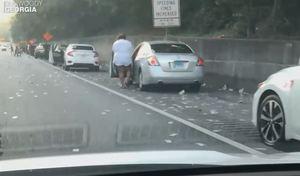 La perte d'un convoyeur de fonds sur l'autoroute cause le chaos