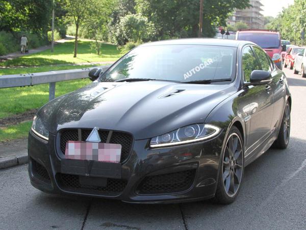 La Jaguar XFR-S en approche