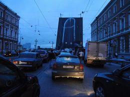Blague russe : un phallus géant sur un pont basculant de St Petersbourg