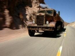La police américaine arrête un camion et une Honda Accord qui se livraient à une drag race