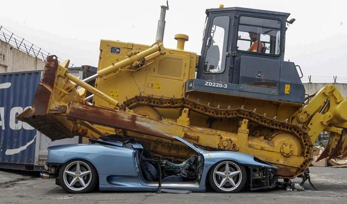 Une Ferrari 360 Spider écrasée par un bulldozer