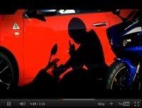 Quand une Alfa Roméo Mito défie une Yamaha R1 à Magny-Cours [vidéo]