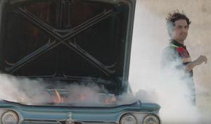 Insolite : un grill à burger caché dans une fausse voiture en panne