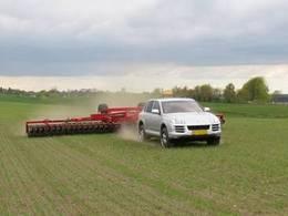 Retour aux sources ? Un Porsche Cayenne qui se prend pour un tracteur agricole