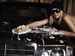 Une femme entièrement nue vole une voiture, puis un véhicule de police avant de se faire arrêter au taser