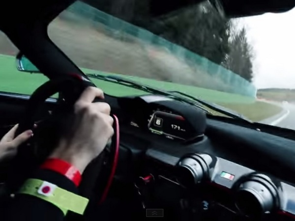 Sur Spa en LaFerrari, tout va bien jusqu'à ce qu'une Clio te dépasse ...