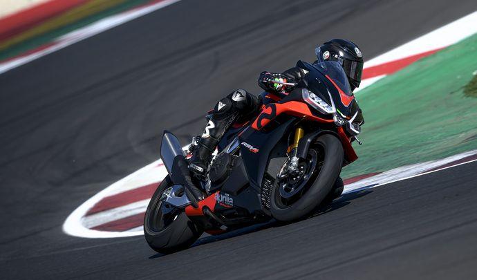 Max Biaggi teste la nouvelle Aprilia RSV4 à Misano