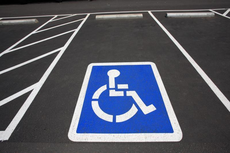 bient t le stationnement gratuit pour les personnes handicap es. Black Bedroom Furniture Sets. Home Design Ideas