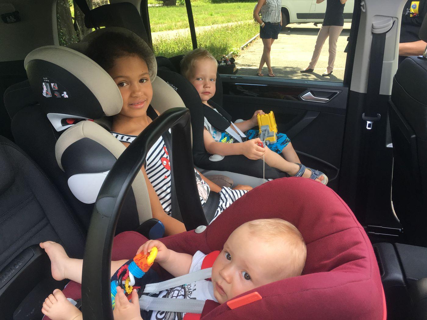 3 enfant à l'arrière voiture