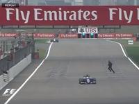 [vidéo] Insolite : il traverse la piste en courant pour conduire une Formule 1