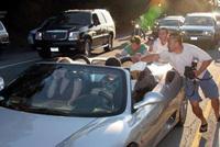 Des paparazzi aident Britney Spears à pousser sa Ferrari en panne