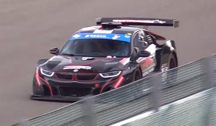 Une BMW i8 de course équipée d'un V8 atmosphérique