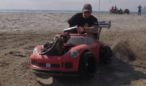 Il met un moteur de moto dans une Porsche pour enfant