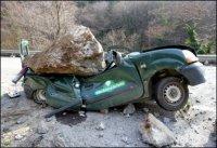 Un rocher de plusieurs tonnes écrase sa voiture: il en sort indemne