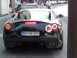 Une Ferrari 599 GTO se gare dans un poteau