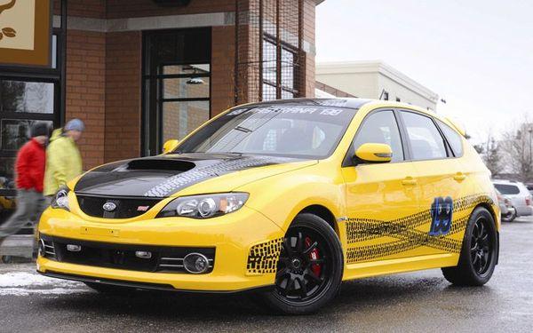 Subaru Sti Travis Pastrana, traces de pneus sur fond jaune