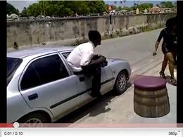 Comment entrer dans sa voiture de manière classe et décontractée ? La réponse en vidéo.