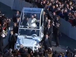 (Vidéo) Un ami du Pape monte à bord de la Papamobile