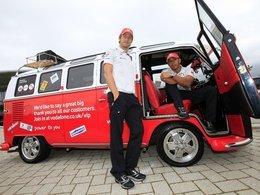 F1 McLaren : Jenson et Lewis vont au circuit ... en Combi VW !