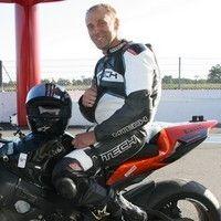 Interview de Stéphane Paulus, ou quand un pilote paraplégique s'aligne au départ d'une course sur une moto solo.