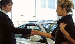 Vidéo: vendre une voiture c'est une affaire de femme
