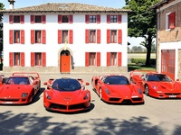 Les Ferrari F40, F50, Enzo et LaFerrari réunies sur la piste